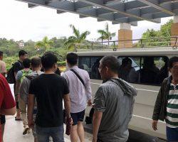 中午出发的时候人很多,酒店的巴士旁边长了一条长龙,这些人是排在最前面的
