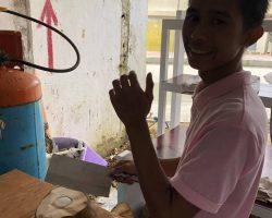 店里的服务员,让他摆个姿势拍照片,他在给我们切椰子