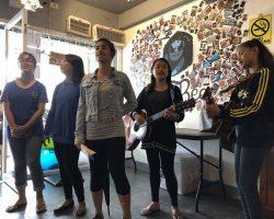 快吃完的时候,遇到这些在学校的小姑娘,老板讲他们是为学校义唱捐款的,听了两首歌,第二首还是中文的。结束后可以向她们要红包,把小费放到红包里给她们