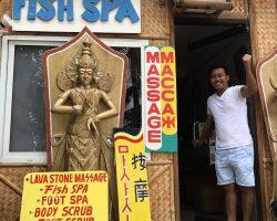 老北京饭店的老板介绍在白沙滩上有一家鱼疗店,面向白沙滩,一直向左手方向走就可以找到这家店面了