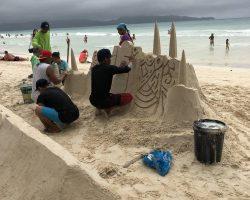 这种沙雕,在白沙滩上到处都可以看到,我观察了一会,一般是几个人一起制作,大概半个小时可以完工。游客在这里拍照的时候需要付小费,隔几个小时他们会推倒,再做另一个样式的沙雕吸引游客