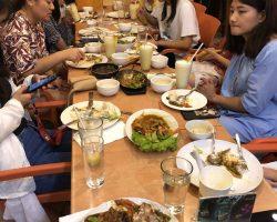 西餐厅当然要吃西餐,菜都是按份上的,这一桌是女同学