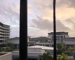 早上6点酒店房间阳台上的天空