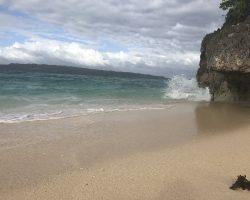 贝壳海滩实在没有什么好玩的,不知道为什么那么出名,沙滩还没有白沙滩好,有很多小碎石。随便走走,抓拍海浪拍打到岩石的瞬间