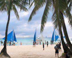 准备换衣服,去坐落日帆船,蓝白的帆船人可以坐在两边,会带你向远离陆地的方向行驶一段距离,然后再回到这里,运气好的话,可以在海上看到最美的日落