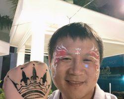 还有免费给画纹身的地方,左面是我的手,右面是朱哥