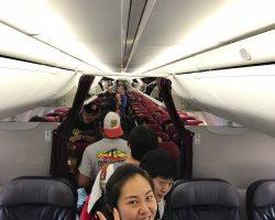 到了小飞机上,小公举很开心~~~