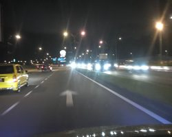 看右侧的车,我们都是左侧行驶