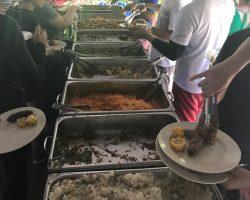 中午的自助餐,有虾、有鱼、有香蕉、还有冰可乐(这么热的天气,有这个真是爽翻了)