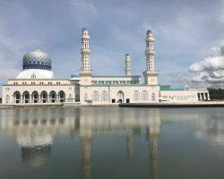 水上清真寺,在四周有护城河一样的水