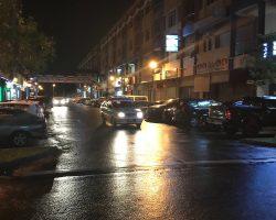 这里是酒吧一条街,晚上又下起了小雨